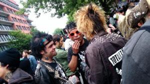 Monotone Punker in Berlin-Kreuzberg, Deutschland